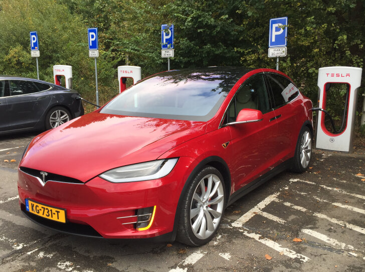 Tesla Model X bij Supercharger