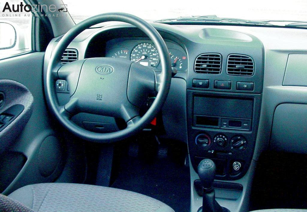 Autozine foto 39 s kia rio 2000 2005 3 4 for Interieur smart 2000