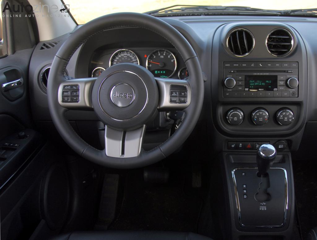 Autozine foto 39 s jeep compass 2006 2016 8 9 for Interieur jeep compass