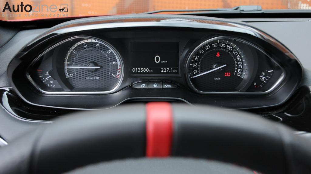 Autozine foto 39 s peugeot 208 gti 7 10 for Interieur 208 gti