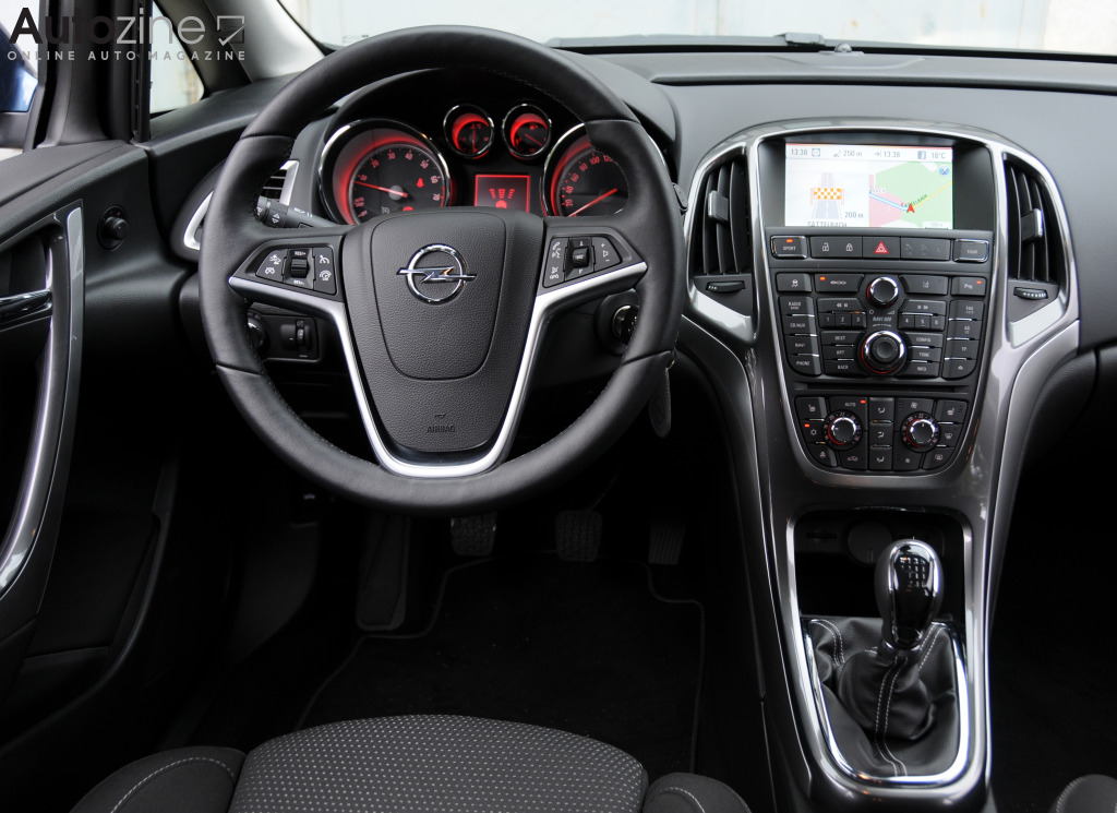 Autozine foto 39 s opel astra sports tourer 2010 2016 for Interieur opel astra 2000