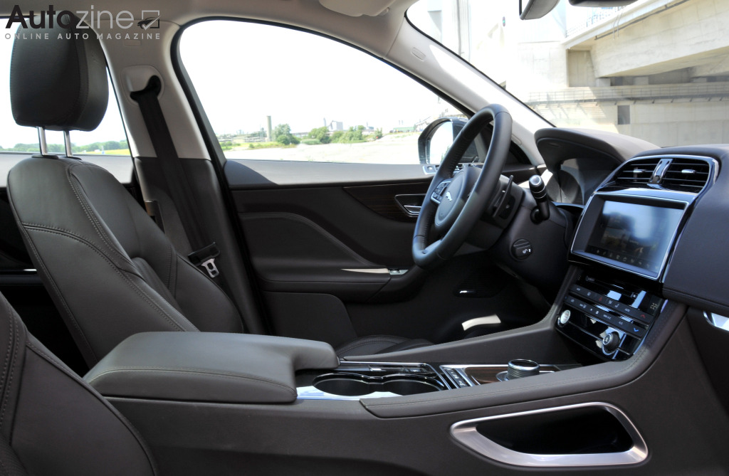 Autozine foto 39 s jaguar f pace 6 10 for Interieur jaguar