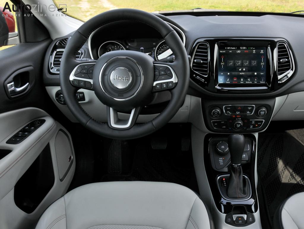 Autozine foto 39 s jeep compass 10 11 for Interieur jeep compass