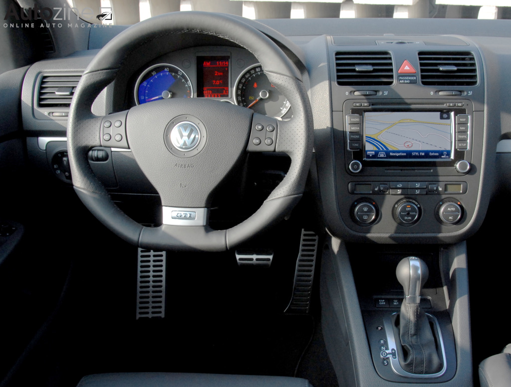 Autozine foto 39 s volkswagen golf v gti 6 7 for Interieur golf 5